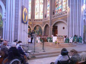Messe dans la basilique de Pontmain